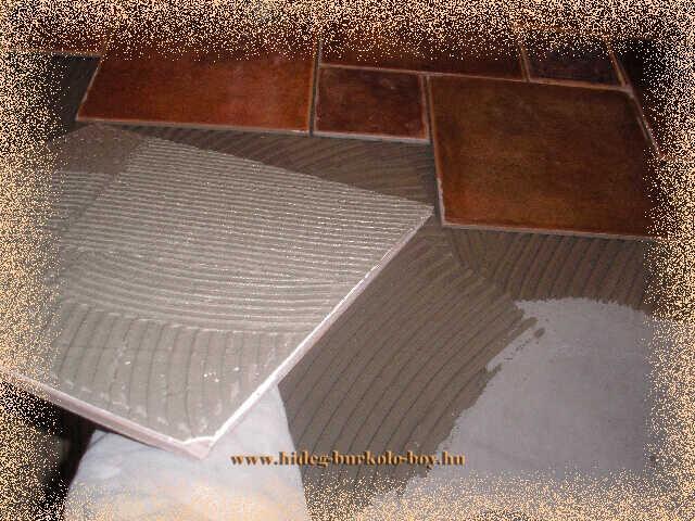 Burkoló lapok is és a beton aljzat is meg van kenve ragasztóval, így biztosítható leginkább a tökéletes burkolat ragasztás!