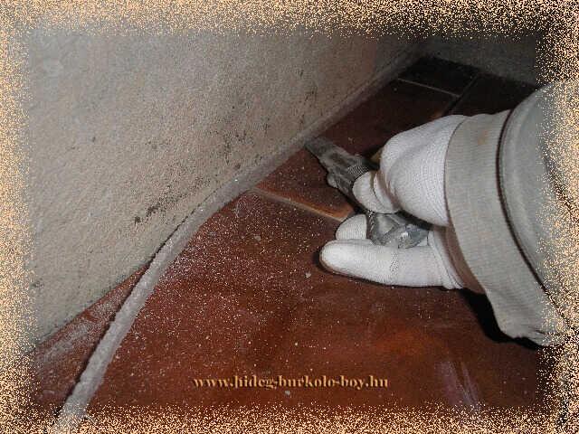 A burkoló lapok lerakása után kell elltvolítani a dilatálást biztosító szigetelő csík kálló maradékát, ezzel jelentősen csökkenthető akár a lépés zaj is