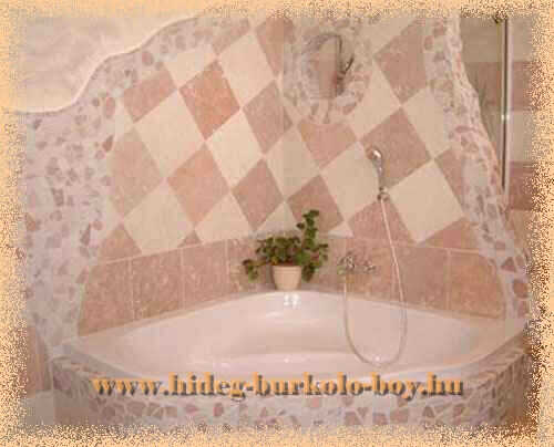 Beépített kád vegyes tört mozaik háttérben