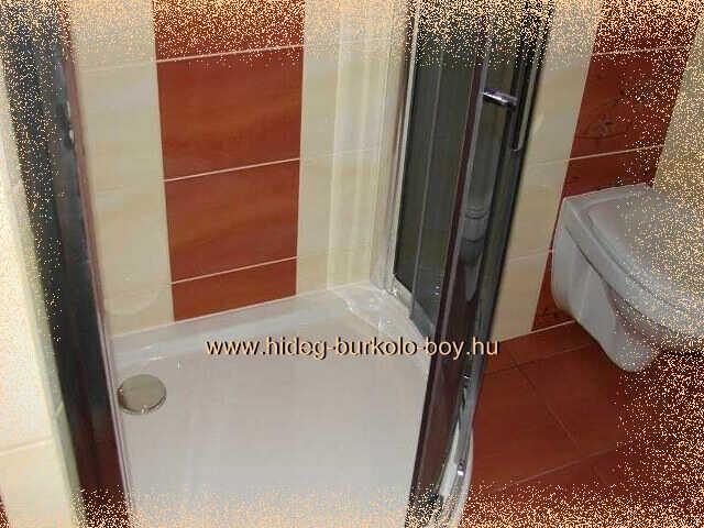 bézs zuhanyzó csempe barna betéttel