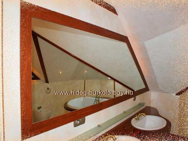 fürdőszoba csempe helyén tükör, pácolt fakerettel
