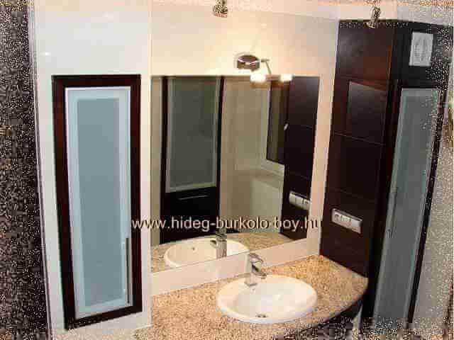 tükör a fürdőszoba csempézésben