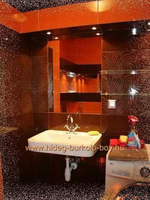 fürdőszoba narancs burkoló lapokkal