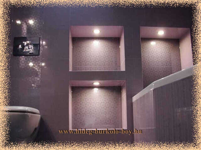A polc alján elhelyezett rejtett világítás hangulatot kölcsönöz a fürdőszobában.