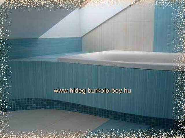 Világos kék tetőtéri fürdőszoba