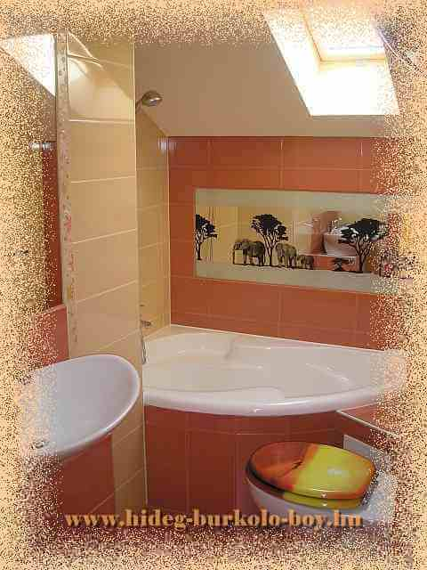 Kis méretü fürdőszoba berendezései épített jellegüek, melyek figyelembe veszik a maximális helykihasználást is.