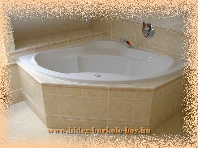 A beépített kád homloklapja síkban kiemelkedik a kád peremétől, díszítésként bordűr teszi látványosabbá ezt a fürdőszobai berendezést.