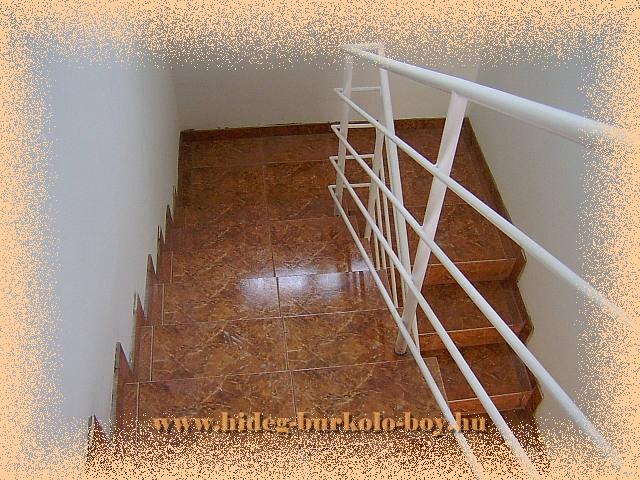 Lépcső kerámia burkoló lapokkal