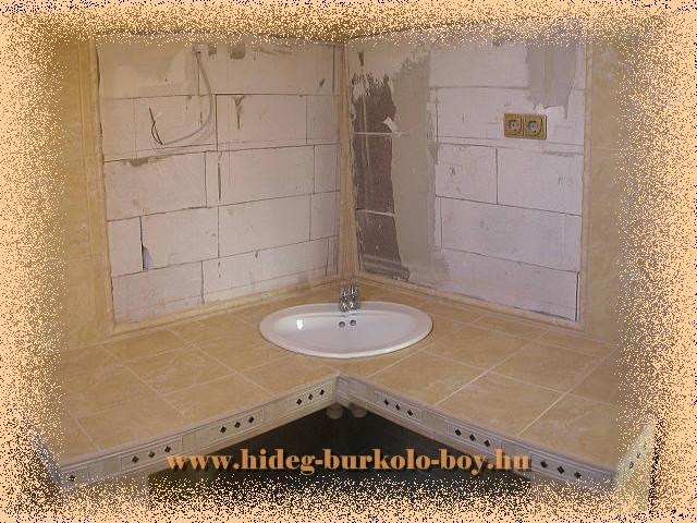 Sarokba épített mosdópult, kihasználja a legapróbb helyeket is. Óriási pakolós felület keletkezik. Azok számára előnyös akik szeretik a pipere cikkeket kihelyezni az épített mosdó pultra