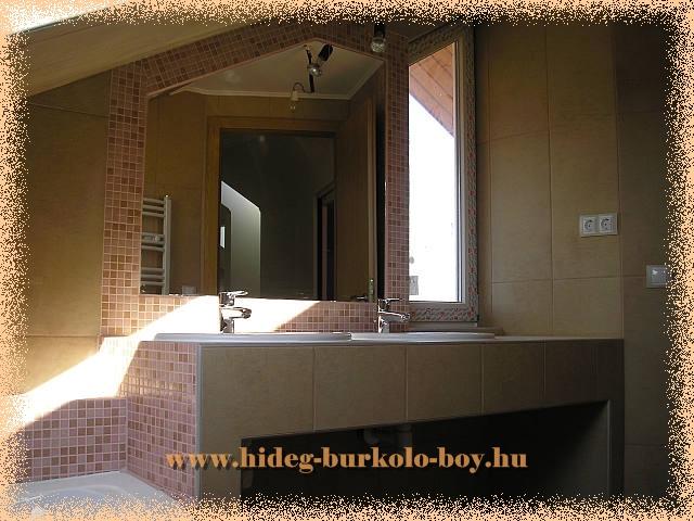 Két mosdós épített mosdópult tetőtérben, ahol viszonylag kicsi a rendelkezésre álló hely