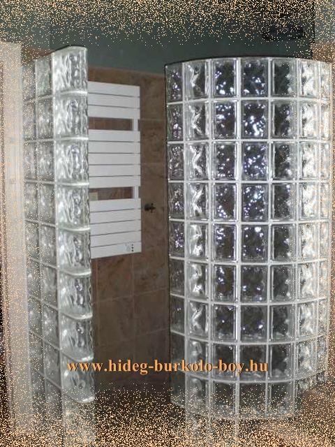 Üvegtégla sötét fürdőszobában napfényt hoz be