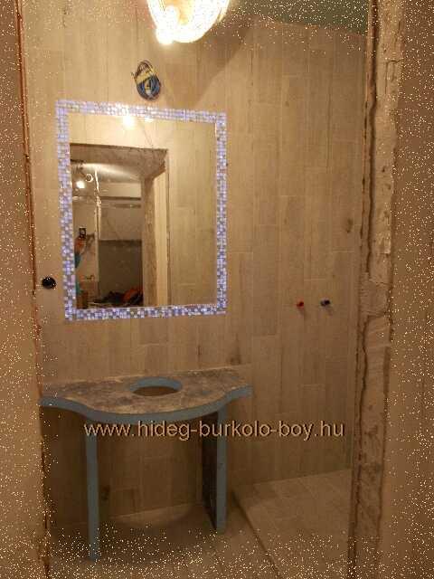 fürdőszoba burkolatában megjelenő világító bordűr