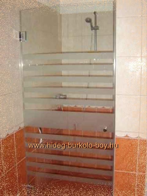kihasználatlan helyből kialakított zuhanykabin