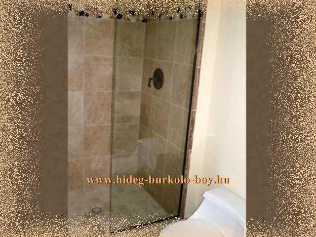 Eztl a zuhanyzót semmilyen üvegfallal sem határolták l